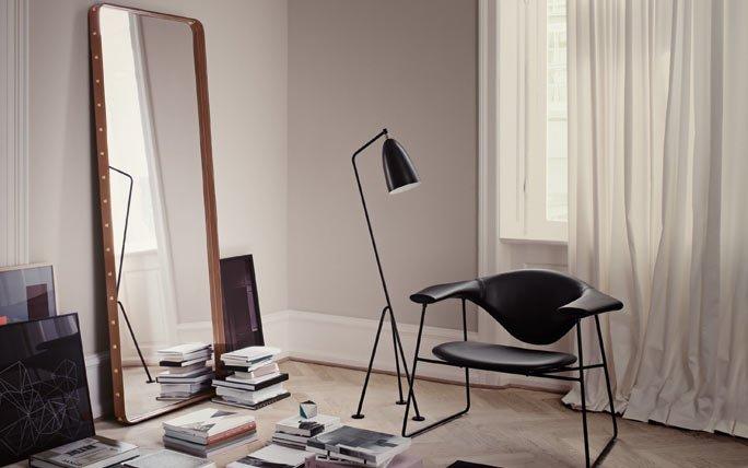 spiegel mit lederrahmen von gubi in braun. Black Bedroom Furniture Sets. Home Design Ideas